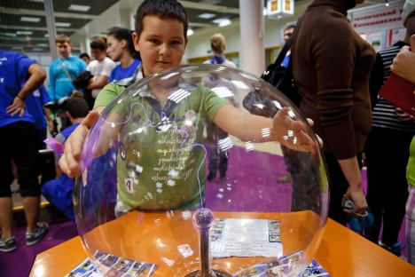 "The Science Festival's traditional motto – ""Touch Science"" – spoke for itself. Visitors had the chance to fully participate in the festival activities. Source: Ruslan Sukhushin / Press Photo"