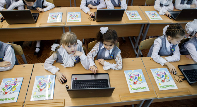 "Children in a math class participate in a ""Virtual Classroom"" pilot project. Source: Kirill Braga / RIA Novosti"