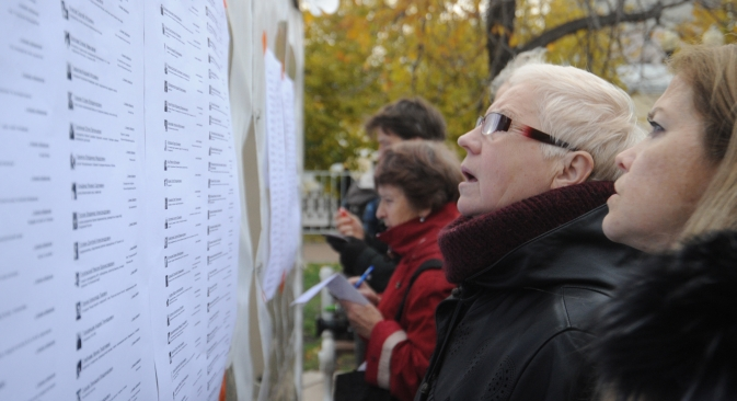 Voters looking through the results of the elections to the opposition's Coordination Council. Source: ITAR-TASS