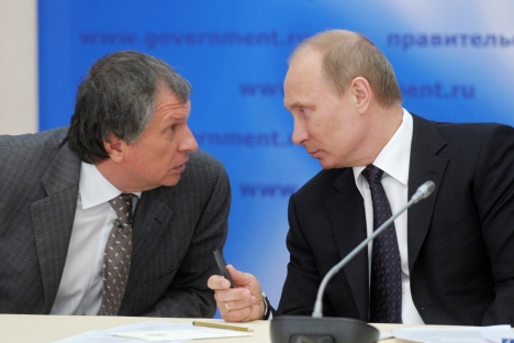 Rosneft's head Igor Sechin and President Vladimir Putin (L-R) plan to float the oil company. Source: AP