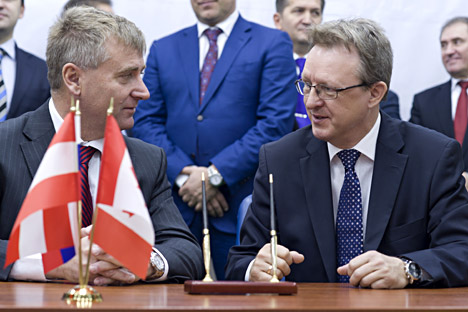 Pictured (L-R): President of Magna International Europe Gunther Apfalter and Avtodor CEO Alexander Sorokin signing the collaboration agreement between Magna and Avtodor. Source: ITAR-TASS.