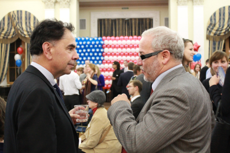 Edward Crawley (left) discussing the U.S.-Russia relations during the Election Night in Spaso House. Source: RBTH