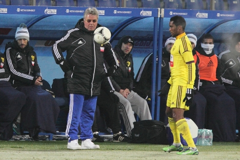 The coach of the Anzhi Makhachkala soccer club (left) and Anzhi's soccer player Samuel Eto'o. Source: ITAR-TASS