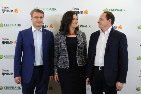 Russia's largest state-owned bank and Yandex.Money signed an agreement for collaboration. Pictured (L-R): Sberbank Head German Gref, Head at Yandex.Money Yevgeniya Zavalishina and Yandex CEO Arkady Volozh. Source: ITAR-TASS