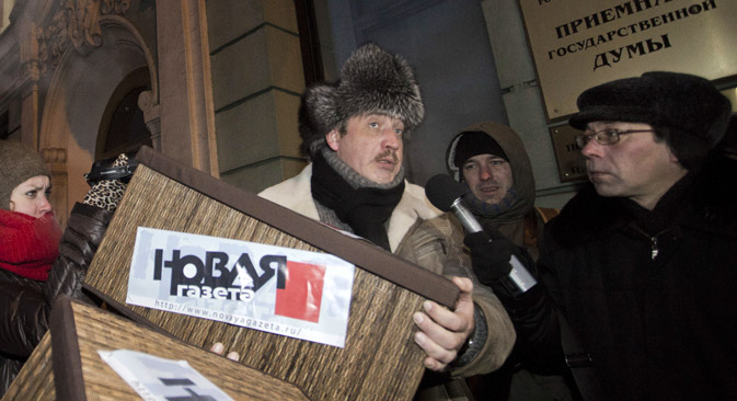 The campaign against the Dima Yakovlev bill launched by Novaya Gazeta. Chief editor of Novaya Gazeta Sergey Sokolov (left) with 100 thousand signatures against the Dima Yakovlev bill near State Duma. Source: ITAR-TASS