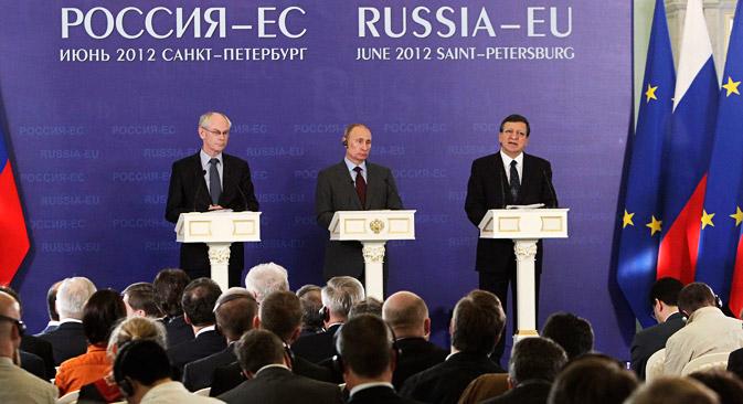 Vladimir Poutine entre Herman von Rompuy, président du Conseil européen (à gauche) et José Manuel Barroso, président de la Commission européenne. Crédit photo: ITAR-TASS