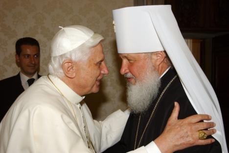 El papa Benedicto XVI con el metropolitano de Smolensk, Kirill, representante de la Iglesia Ortodoxa en el Vaticano en 2006. Fuente: AFP.