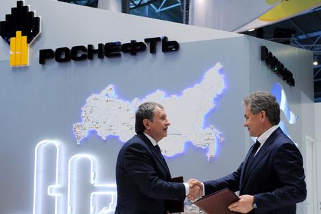 Presidente da Rosneft, Ígor Sechin (à esq), anunciou aumento da produção até 2020 Foto: ITAR-TASS.