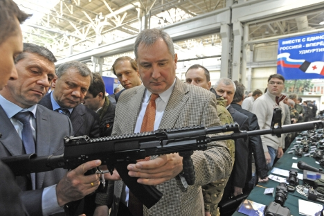 Head Russia's Izhmash weapon plant Vladimir Zlobin (second left) introducing the AK-12 rifle to Deputy Prime Minister Dmitry Rogozin (right). Source: ITAR-TASS