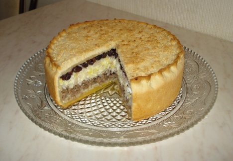 Gubadiya is a wedding pie with layers of meat, rice, chopped eggs, raisins, and dry white cheese. The equivalent of the eponymous dish in the cuisine of Volga Tatars. Source: Lori / Legion Media