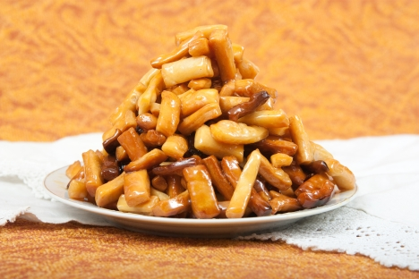 Chak-Chak is made from unleavened dough cut and rolled into hazelnut-sized balls, which are then deep-fried in oil. Source: Lori / Legion Media