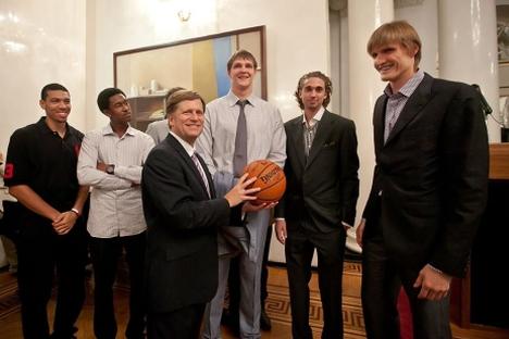 U.S. Ambassador Michael Mcfaul and Russia's prominent basketball player Andrey Kirilenko. Source: Ragulin Vitaly / dervishv.livejournal.com