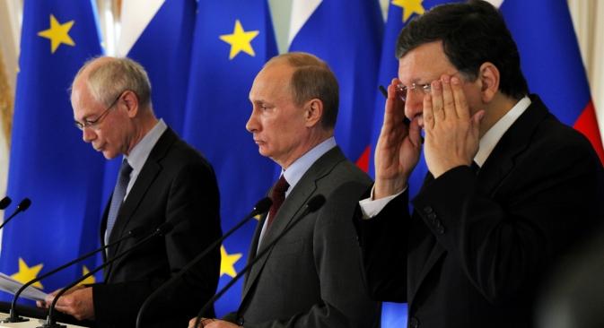 V. Poutine entre les dirigeants de l'UE, MM. Van Rompuy et Barroso. Crédit photo : AP