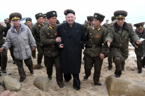 O líder da Coreia do Norte, Kim Jong Un (centro) Foto: AP