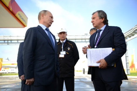 Head of Russia's largest oil company Rosneft Igor Sechin (right) meeting with Russian President Vladimir Putin. Source: ITAR-TASS