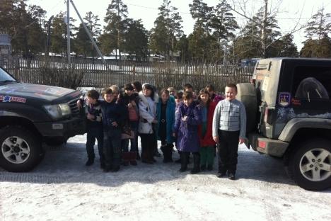 Local pupils welcome us to Lesnoy Gorodok. Source: Artem Zagorodnov
