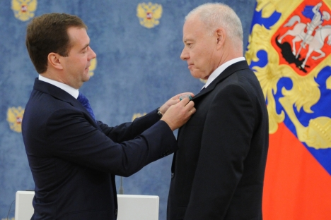 Russian President Dmitry Medvedev (left) hands over an the Order of Friendship to American Chamber of Commerce in Russia president Andrew Somers during an awarding ceremony in the Gorki residence outside Moscow. Source: AFP / East News