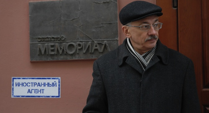 Alexander Cherkasov, the head of the human rights center Memorial standing near his office as law enforcement officials are searching for documents pertaining to all of the center's activities. Source: RIA Novosti