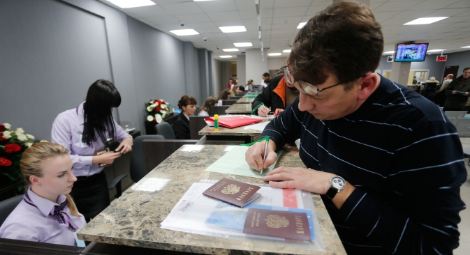 The EU-Russia agreement on the liberalization of the visa regime may be a catalyst for negotiations on scrapping visas. Pictured: A visitor files papers at Polish Visa Application Center in Kaliningrad. Source: RIA Novosti / Evgeniy Karasev