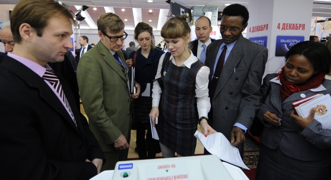 International observers monitoring the operations of the Russian Central Election Commission's Information Center for Russia's 2011 elections. Source: RIA Novosti / Vladimir Astapkovich