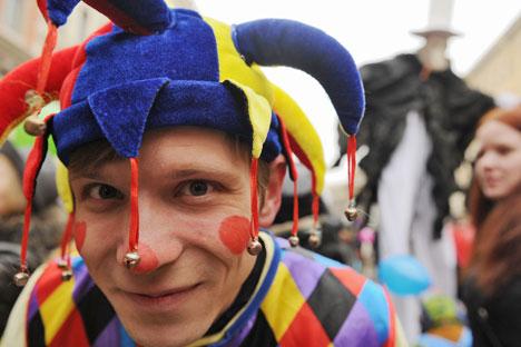 Artista de rua caracterizado de arlequim no Desfile de Palhaços que celebrava o Dia da Mentira Foto: ITAR-TASS