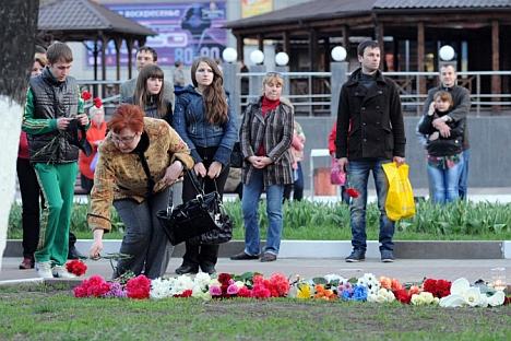 Moradores de Belgorod levam flores ao local onde homem disparou tiros deixando seis mortos Foto:  RIA Nóvosti