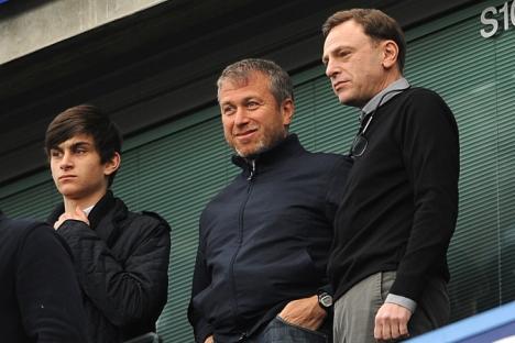 Oligarca russo Roman Abramovitch (centro) e seu filho Arcádi (esq.) ocupam um dos primeiros lugares na lista das famílias multimilionárias russas Foto: ITAR-TASS