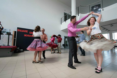Club cooperates with Russian and foreign dance groups, attends the master classes of foreign callers and hosts them in Moscow American Center. Source: Red Square Dance Club