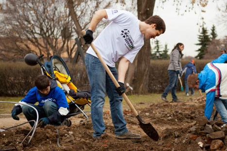 No fim de semana passado, mais de 450 voluntários ajudaram a limpar o parque Muzeon, em Moscou Foto: PressPhoto