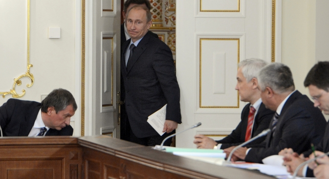 Belousov (third right) supposes that Rosneft is technically ready for privatization. Rosneft's president Sechin (left)  failed to comment. Source: Kommersant
