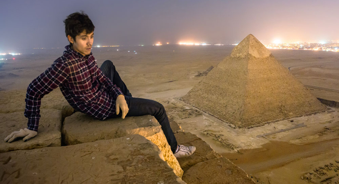 """Roofers"" from Moscow climbed the Pyramid of Cheops with no equipment. Source: Vadim Makhorov / sellyourphotos.net"