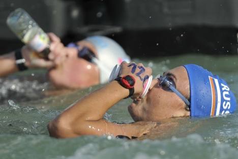 Marathon swimmers usually take food from a special raft in a little glass or bottle. Source: RIA Novosti / Alexander Vilf