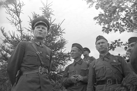 Ivan Konev, chef du front ouest soviétique (à gauche) et les écrivains Mikhaïl Cholokhov, Alexandre Fadeïev et Eugène Petrov, en 1941. Crédit photo : RIA Novosti / Petrusov