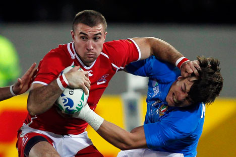 Russia's Vladimir Ostroushko (L) fends off Italy's Matteo Pratichetti during their Rugby World Cup Pool C match at Trafalgar Park in Nelson September 20, 2011. Source: Reuters