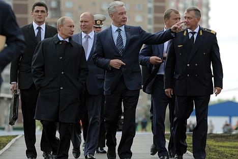 Presidente russo Vladímir Pútin (esq. à frente) e o prefeito de Moscou, Serguêi Sobiânin (centro), examinam aérea de nova estação de metrô na capital Foto: Aleksêi Drujinin AP/RIA Nóvosti