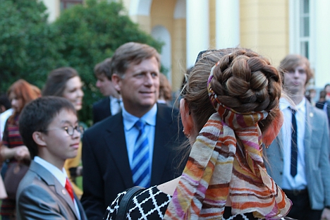 Ambassador Michael Mcfaul with the 2013-2014 exchange students at his Moscow residence - Spaso House. Source: RBTH