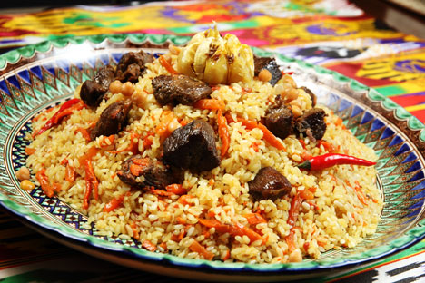In Uzbekistan it is common to eat plov from a common plate using the hands. Source: Lori / Legion media