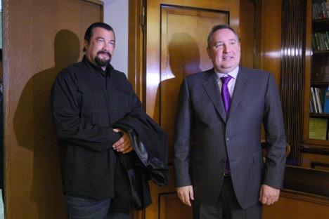 Ator Steven Seagal (à esq.) e presidente da Comissão Militar Industrial, Dmítri Rogozin Foto: Serguêi Mámontov / RIA Nóvosti