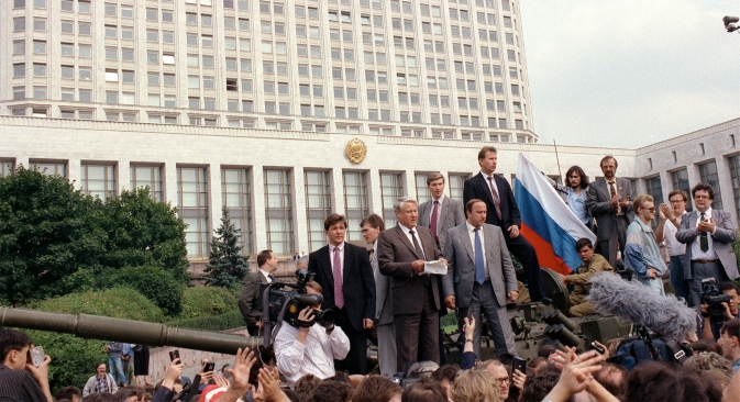 Russian President Boris Yeltsin (center) addresses a meeting as he stands on a tank outside the former Council of Ministers building on August 19, 1991. Source: Reuters