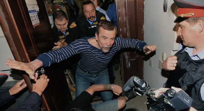 Security company staff remove executive director of the For Human Rights movement Lev Ponomarev from the building where the human rights organization has an office on Maly Kislovsky Lane. Source: RIA Novosti / Maksim Blinov