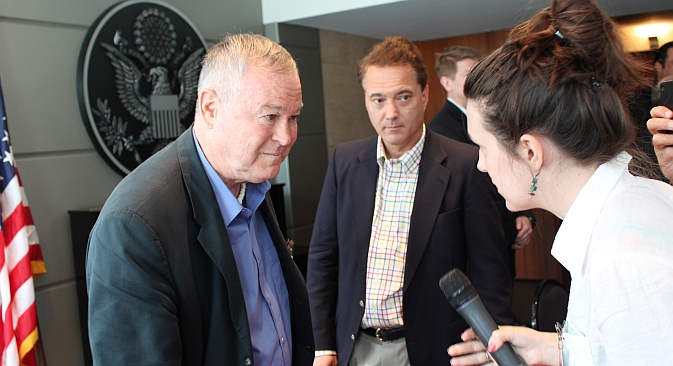 Head of U.S. Congress delegation to Russia Dana Rohrabacher (left) talking with journalists after the press-conference organized by the U.S. Embassy in Moscow. Source: RBTH
