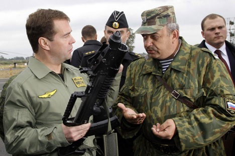 Dmitry Medvedev (L) holds an ADS, dual-medium amphibious assault rifle, suitable for both surface and underwater combat, which was designed for Russian Naval special forces, at Khmelevka firing ground in Russia's westernmost Kaliningrad region, on September 28, 2009, during 'West-2009' military exercises. Source: AP