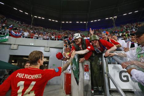 Polícia fará a fiscalização fora dos eventos esportivos, enquanto a segurança interna será mantida por supervisores de torcida Foto: AP