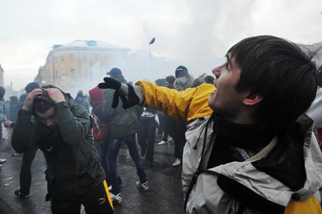 Cerca de 5.000 manifestantes se reuniram em 11 de dezembro de 2010 na Praça Manéjnaia, em Moscou, para prestar homenagem a Egor Sviridov, torcedor do Spartak de Moscou morto em 6 de dezembro de 2010 durante uma briga entre um grupo de torcedores e um grupo de origem do Cáucaso do Norte Foto: ITAR-TASS