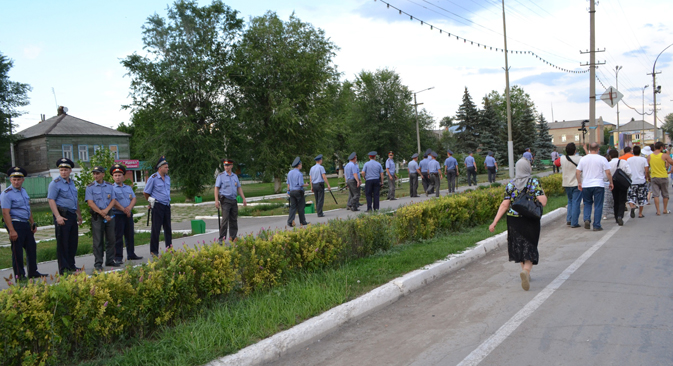 Police had formed a 'human shield' on the approaches to the highway, but the angry citizens, some of whom were intoxicated by alcohol, managed to force their way through the cordon and blocked the road. Source: RIA Novosti