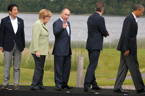 Von links nach rechts: Der japanischer Premier Shinzo Abe, die Bundeskanzlerin Angela Merkel, der russische Präsident Wladimir Putin, der britische Premier David Cameron und der US-Präsident Barack Obama während des G8-Gipfelstreffens in Nordirland am 18. Juni 2013.  Foto: AP