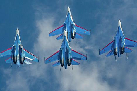 """Famosa equipe de acrobacias aéreas """"Cavaleiros da Rússia"""" fizeram show aéreo durante o Maks-2013 Foto: Ministério da Defesa da Federação Russa / mil.ru"""