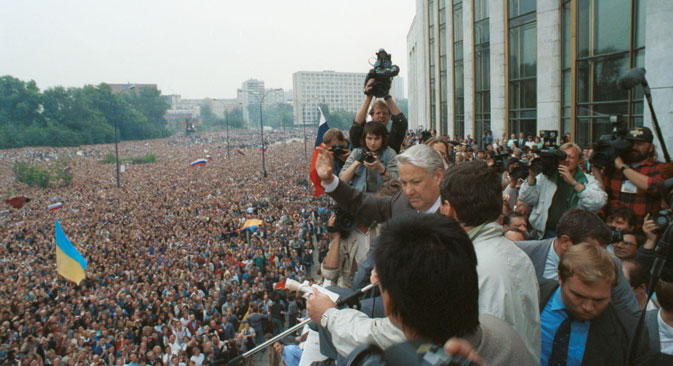 Tens of thousands of Yeltsin's (center) supporters gathered around the president's residence at the White House in Moscow. Source: ITAR-TASS