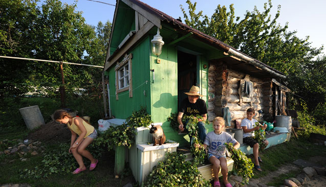 "On a plot of ""six hundredths,"" the dacha owner built a small house and used the remaining land for subsistence agriculture. Source: ITAR-TASS"