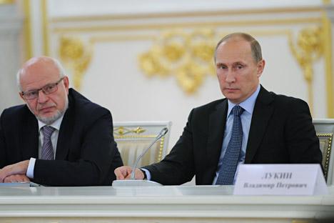 Presidente do Conselho de Direitos Humanos Mikhail Fedotov (esq.) e presidente da Rússia Vladímir Pútin (dir.) Foto: ITAR-TASS